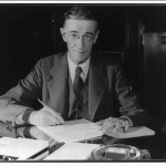 Vannevar Bush a son bureau de l'Office Emergency Management Defense, entre 1940-1944 (photo: Librairie du Congrès)