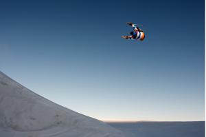 Le jeune suisse Yvan Métrailler s'envole sur le snowpark d'Hintertux en Autriche le jeudi 19 novembre 2009. (photo Pierre Morel)